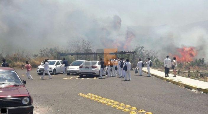 Desalojan a estudiantes de medicina por incendio cerca de la facultad en Tangancícuaro, Michoacán