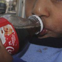 Los niños que consumen bebidas azucaras son más propensos a consumirlas de adultos