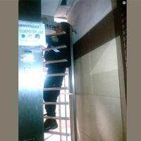 Por no querer pagar, policía se queda atorado en torniquete del baño