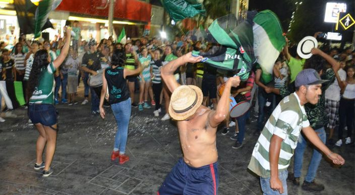 Supuestos aficionados de Santos celebran victoria con actos vandálicos (Video)