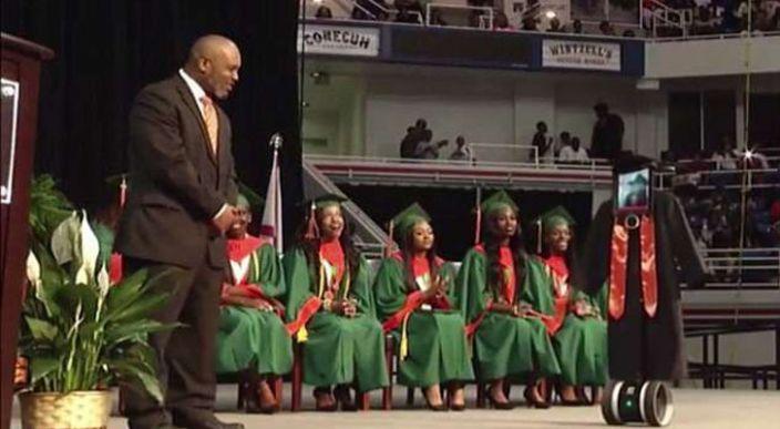 Joven enferma asiste virtualmente a su graduación (Video)
