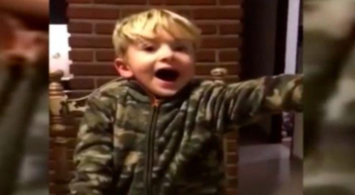 Niño encuentra a Messi para completar su album y estalla de emoción (Video)