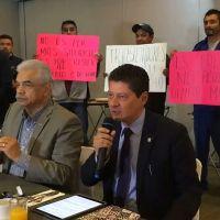 Trabajadores de OOAPAS en Morelia irrumpen rueda de prensa de director, defienden su huelga