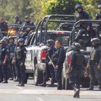 Captan a policía de Michoacán tomándose una cerveza mientras patrullaba (Video)