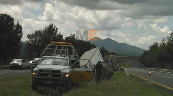 Tras volcadura, conductor de tráiler fallece en Penjamillo, Michoacán