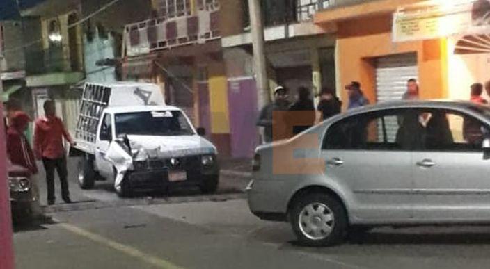 Choque entre camioneta y auto deja solo daños materiales en Zitácuaro, Michoacán