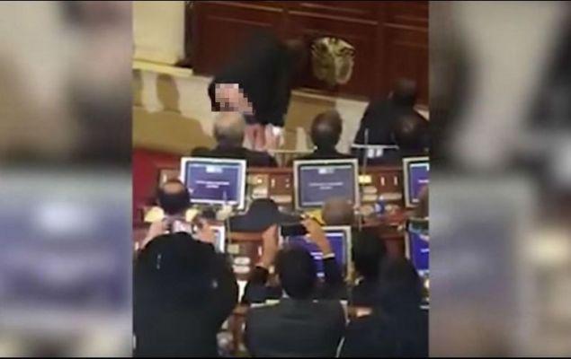Senador muestra el trasero en el Congreso porque colegas no prestaban atención