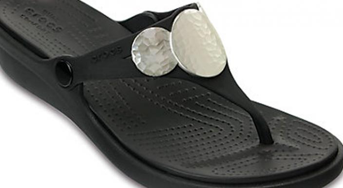Crocs lanza zapatos de tacón y se agotan rápidamente