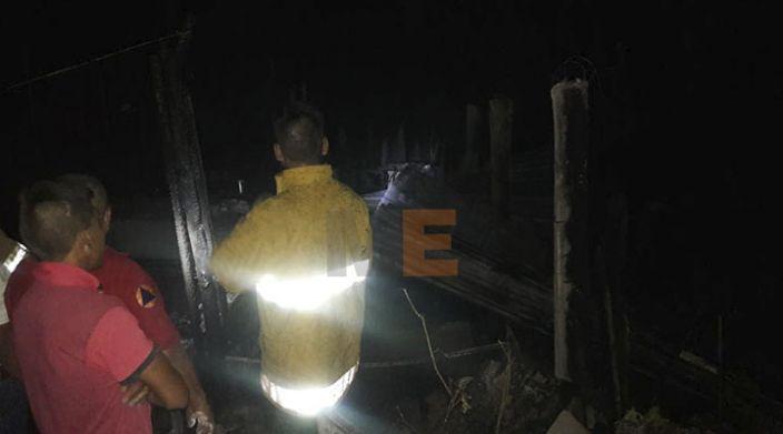 Fuego consume casa de lámina y madera en la colonia Zapata en Apatzingán, Michoacán
