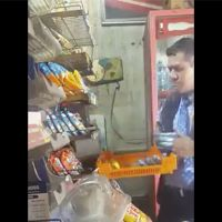 Captan a vendedor de Bimbo robando en tienda de la CDMX (Video)