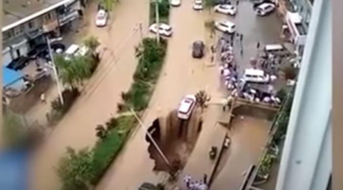 Ciudadanos salvan a conductor de caer a un socavón en China (Video)