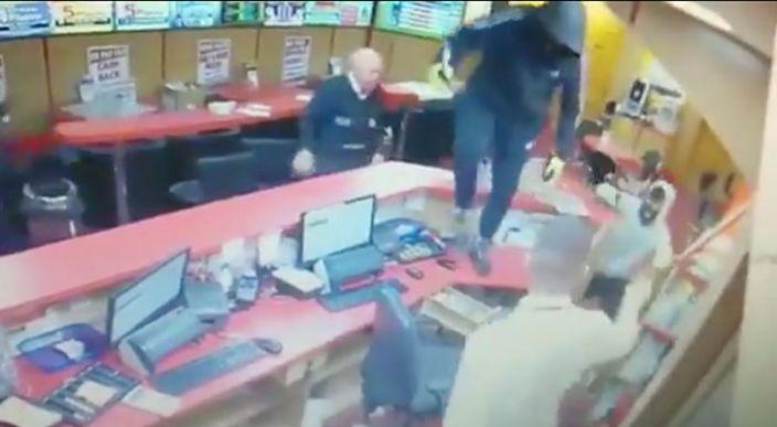 En Irlanda, anciano se enfrenta a tres delincuentes; los hace huir del establecimiento que pretendían asaltar