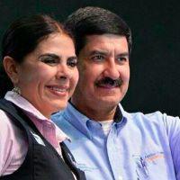 "Con micrófono prendido en transmisión del Grito, técnicos llaman ""mamacita"" a esposa de Javier Corral"