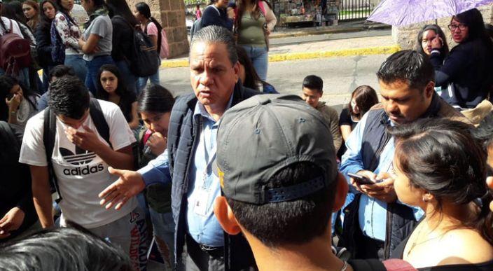 Normalistas son retirados de la toma de avenida Acueducto en Morelia