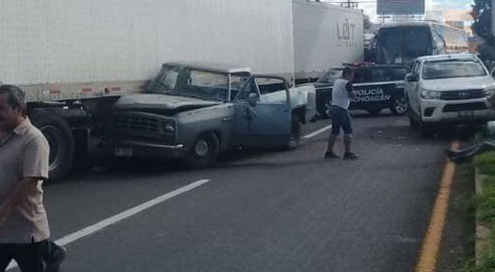 Choca camioneta contra tráiler en la Av. Morelos Norte de Morelia, Michoacán