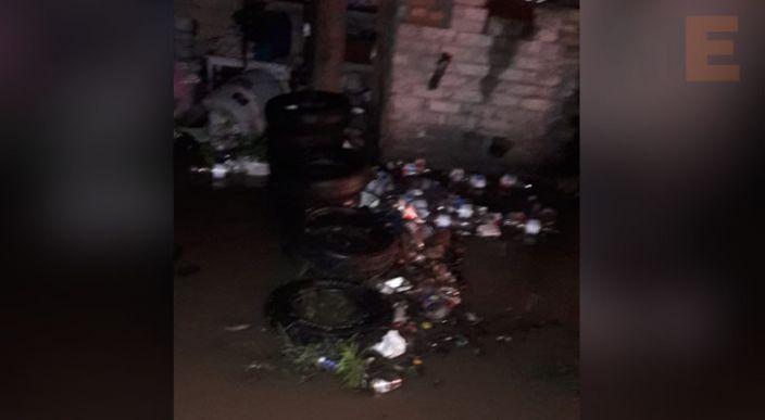 Se desborda canal de riego en una comunidad de Zitácuaro, afecta a unas 10 viviendas