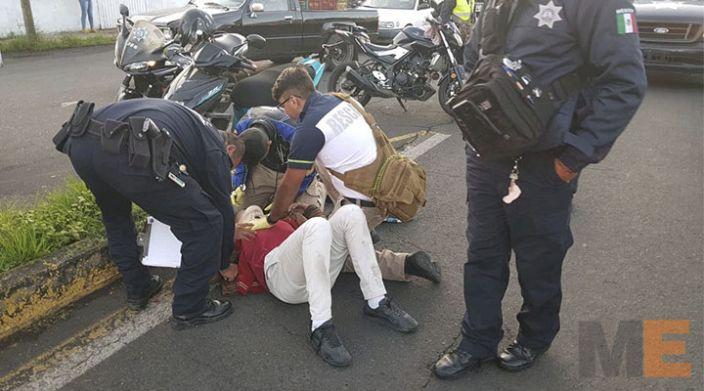 Auto fantasma embiste a joven motociclista en Zamora, Michoacán