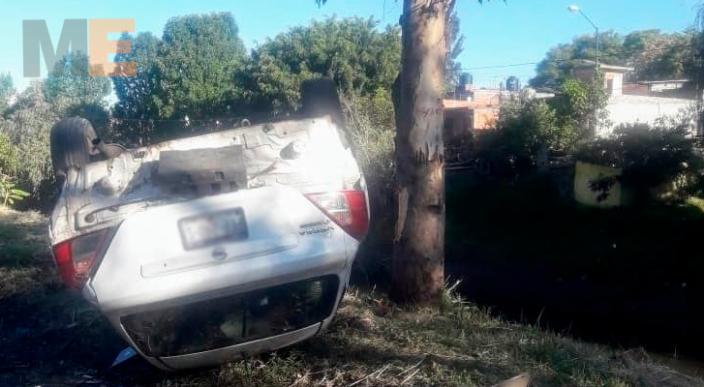 Abandonan auto volcado en la Av. División del Norte en Morelia, Michoacán