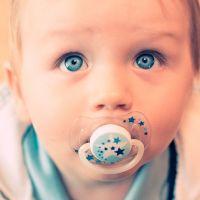 Limpiar el chupón de los bebés con la saliva de mamá podría protegerlo de las alergias, afirman expertos