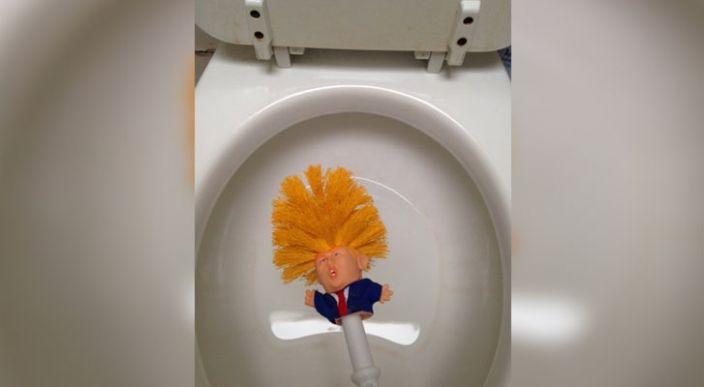 Venden cepillos para inodoro con la figura de Donald Trump, en Reino Unido