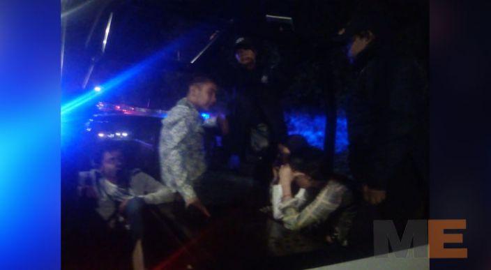 En Zitácuaro chocan un auto y una patrulla, dos oficiales heridos