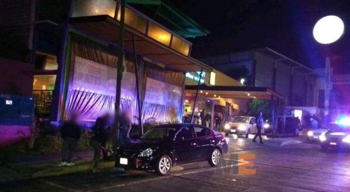 Automovilista dispara afuera de un bar y daña un vehículo, en Morelia