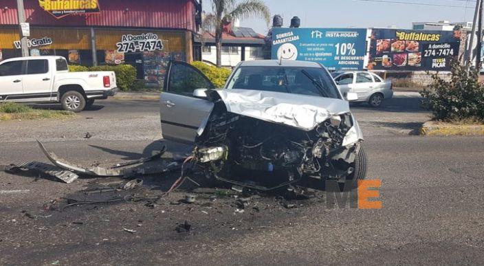 Choque de auto contra camioneta en la Avenida Camelinas de Morelia