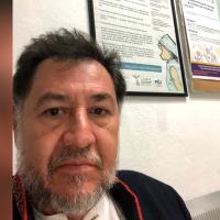 Lanzan jitomates y huevos a diputado del PT Fernández Noroña (video)