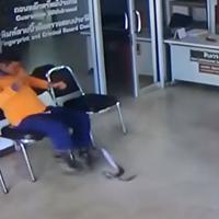 Hombre es atacado por una serpiente mientras esperaba ser atendido por la policía en Tailandia