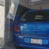 Conductor pierde el control y mete su auto a un banco de Morelia