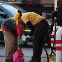 Reutilizan garrafas de agua, botes de detergente y limpieza para almacenar gasolina