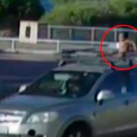 Mujer conduce a toda velocidad mientras su hijo está en la canastilla de la camioneta