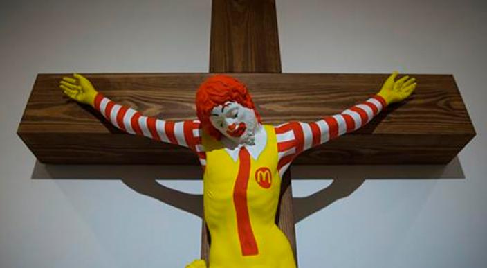 Escultura de un Ronald McDonald crucificado provoca disturbios en Israel
