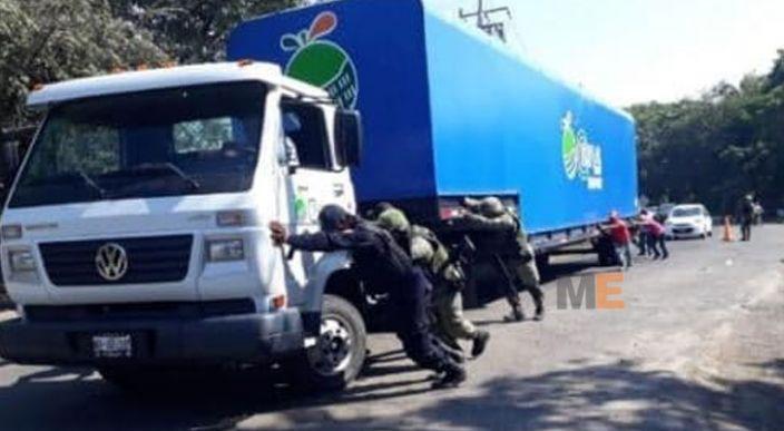 """Autoridades retiran """"narco bloqueos"""" en Tierra Caliente"""