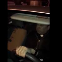 Sacerdote choca con otro conductor e intenta darse a la fuga (Video)