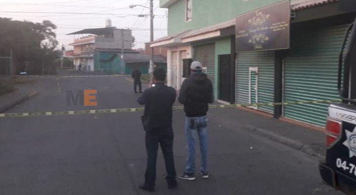 Matan a balazos a un joven y le dejan narcomensaje en Uruapan