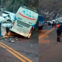 Diez personas resultan heridas en choque de camión contra tráiler en Iguala Guerrero