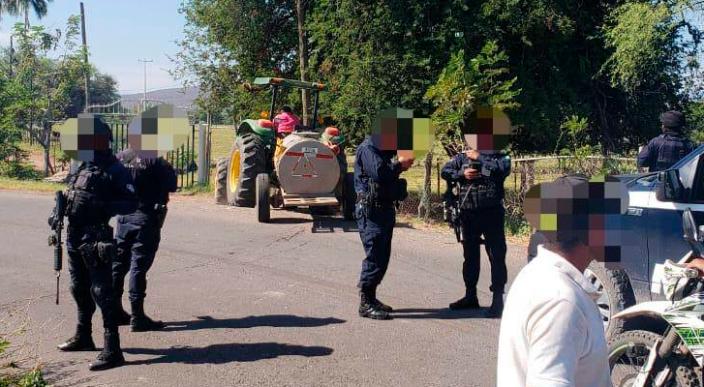 Liberan bloqueos carreteros en la rúa Apatzingán-Aguililla