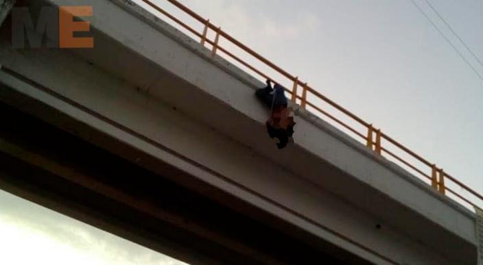 Encuentran el cadáver de un hombre colgado de un puente en la Autopista Siglo XXI