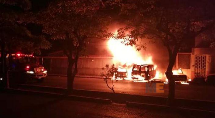 Tres vehículos calcinados por un incendio provocado, en Lázaro Cárdenas, Michoacán