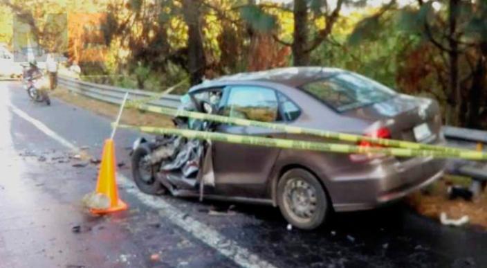 Automovilista fallece prensado al chocar su unidad contra un tráiler en Uruapan, Michoacán