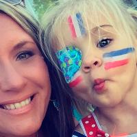 Madre descubre el cáncer en el ojo de su hija por el brillo que notó en una foto