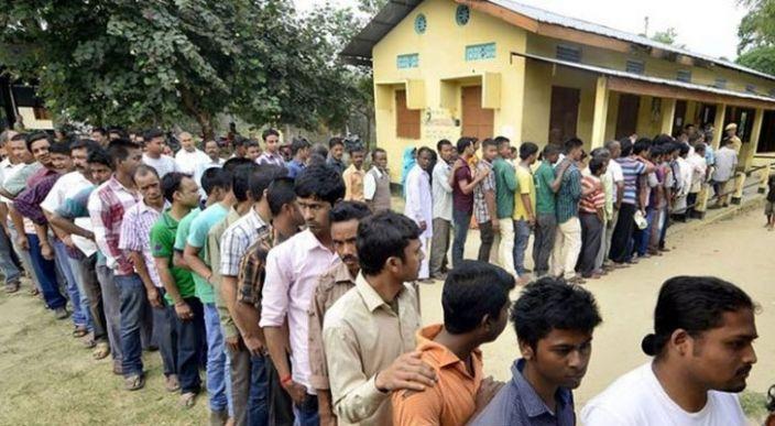 Después votar por el partido del Primer Ministro de India por error, un hombre se amputa un dedo
