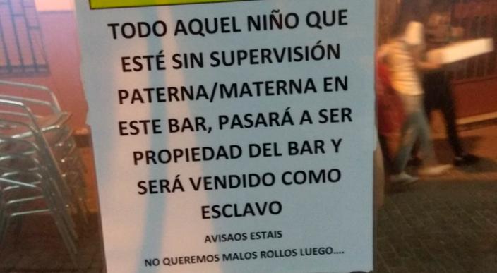 """""""Todo niño que este sin supervisión será vendido como esclavo"""" dice anuncio en restaurante"""