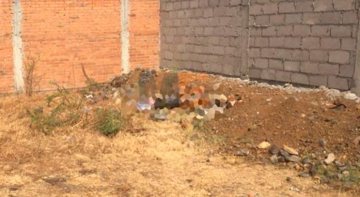 Encuentran un cadáver envuelto en plástico y con letrero en Morelia, Michoacán
