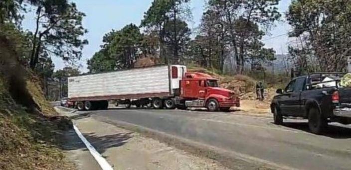Hombres armados cierran carreteras en Uruapan