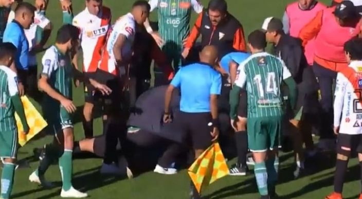 Árbitro sufre paro cardíaco mientras dirigía un partido en Bolivia, fallece en el hospital