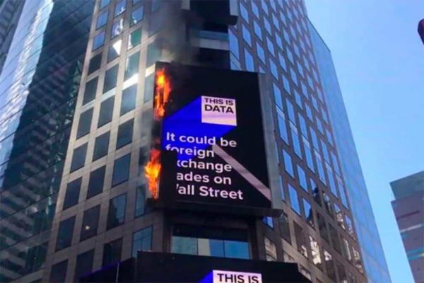 Video: se enciende en llamas la emblemática pantalla del Times Square