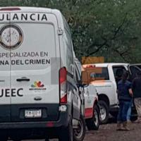 Dejan cadáver encajuelado en taxi en Múgica, Michoacán