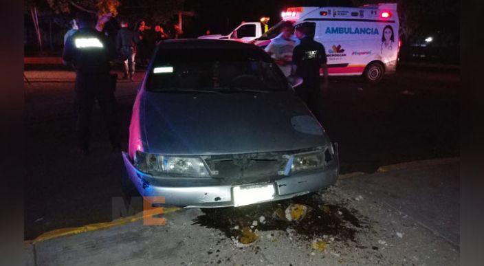 Choca un auto en la glorieta a Lázaro Cárdenas en Apatzingán, Michoacán, hay tres lesionados